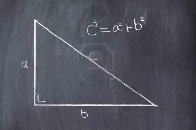 10207329-triangulo-con-formula-de-pitagoras-en-una-pizarra